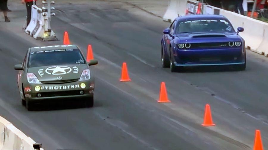 1000-сильный Toyota Prius уничтожает Dodge Challenger SRT Hellcat на треке