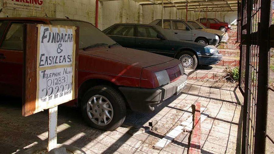 Этот автосалон уже 20 лет стоит в заброшенном состоянии, но внутри еще есть автомобили!
