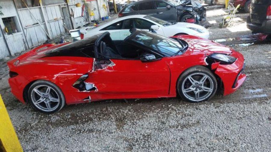 Chevrolet Corvette C8, который уронили с подъемника, выставили на продажу