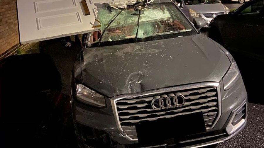 Нелепое ДТП: Audi протаранил крыльцо дома и забрал с собой входную дверь