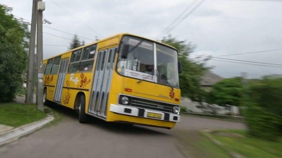 Посмотрите, как автобус Ikarus 260 на огромной скорости поднимается на холм во время ралли