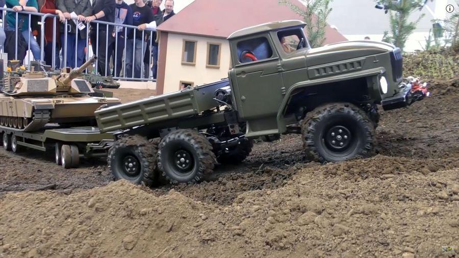 Урал-4320 тянет в гору военный танк «Абрамс» во время фестиваля радиоуправляемых автомобилей