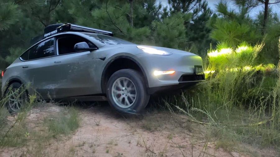 Посмотрите на то, как издеваются над Tesla Model Y на бездорожье