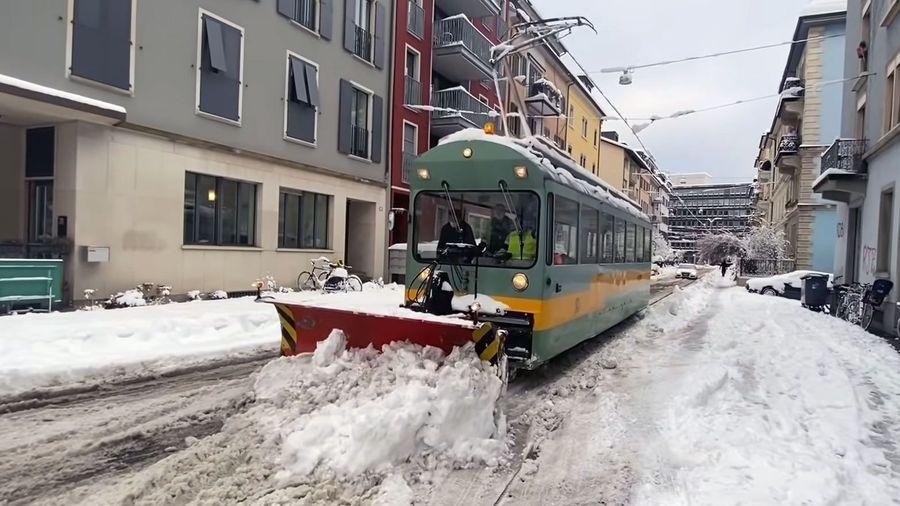 Посмотрите, как работает необычный снегоуборочный трамвай в Цюрихе
