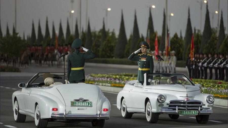Туркменистан удивил необычными «Победами» кабриолет на параде 9 мая (и насмешил «заколхоженными» грузовиками)