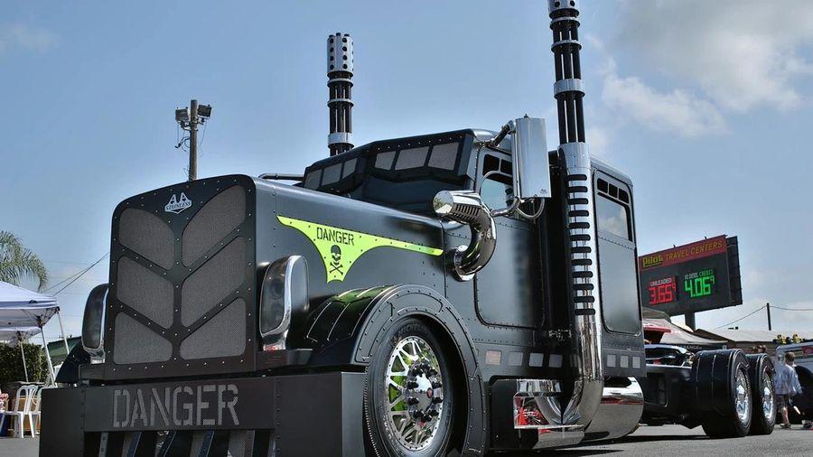 Шикарный грузовик Peterbilt 379 'Danger', который удивляет своим стилем