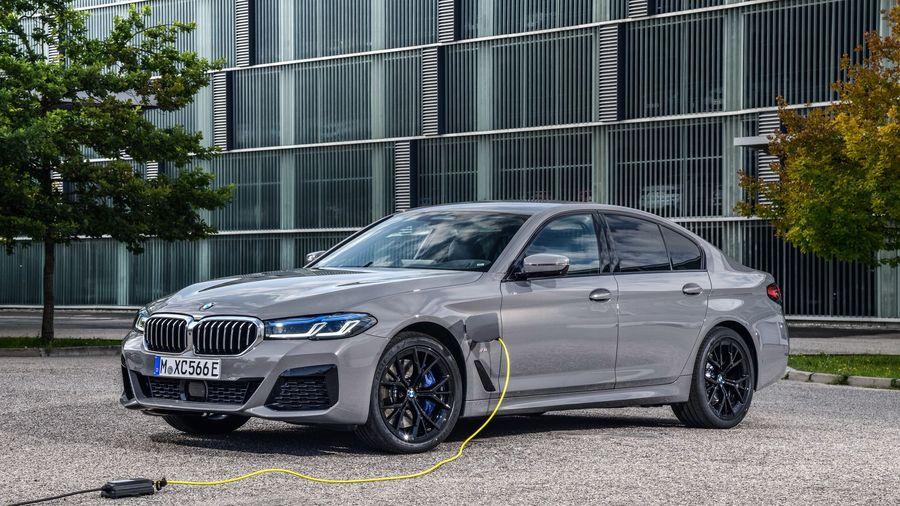 BMW представил подключаемый гибрид с полным приводом 545e xDrive