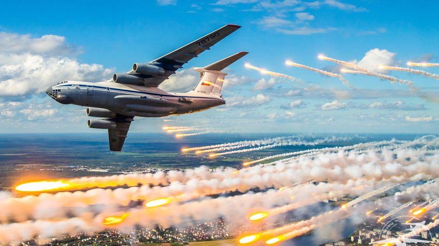 Посмотрите, как Ил-76МД сбрасывают тепловые ловушки во время празднования 90-летия ВДВ