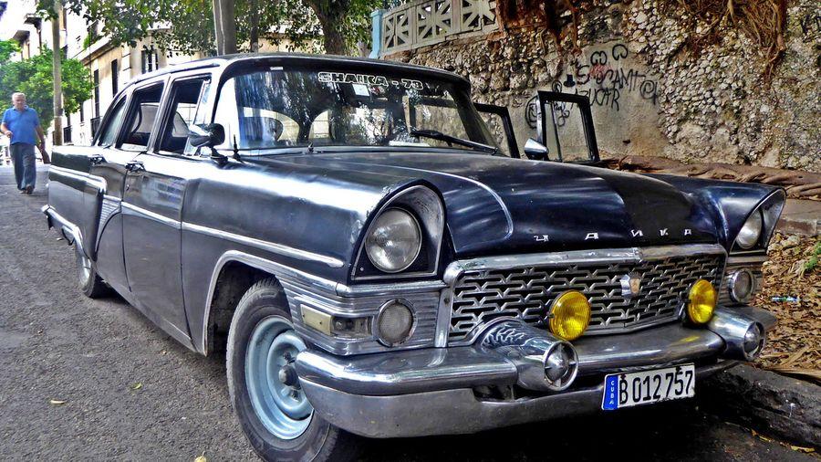 На Кубе есть ГАЗ-13 «Чайка», которая до сих пор возит важного министра
