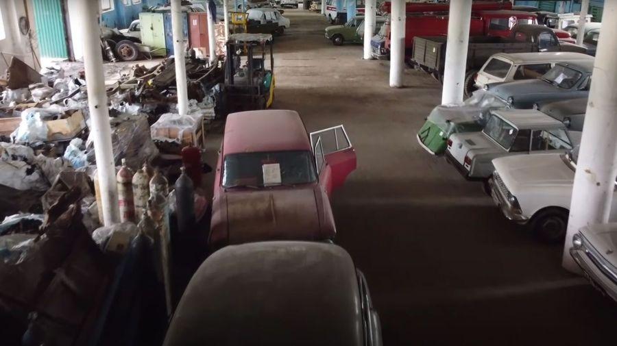 Посмотрите на заброшенную коллекцию из 150 советских автомобилей