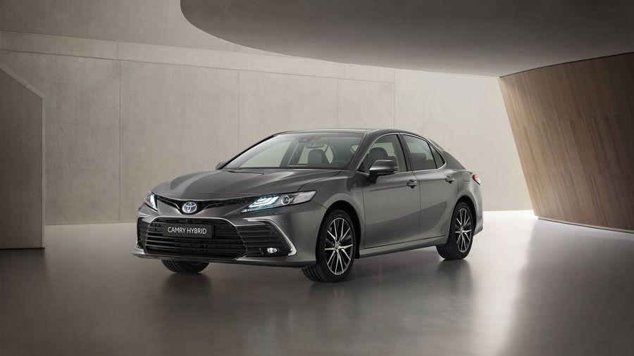 Гибридный Toyota Camry получил измененную переднюю часть и интерьер