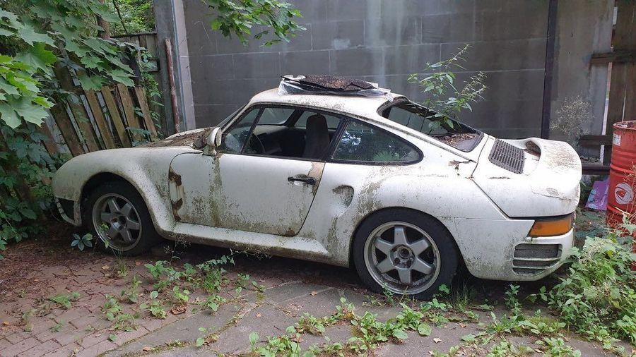 В подмосковном дачном поселке нашли забытый на 10 лет Porsche 959