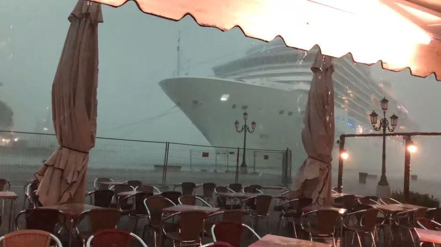 Огромный океанский лайнер внезапно появился из тумана, чуть не столкнувшись с доком в Венеции