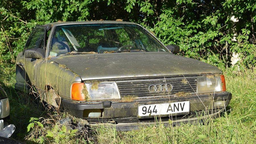 Посмотрите на первый запуск разбитого Audi 100 после 15 лет простоя