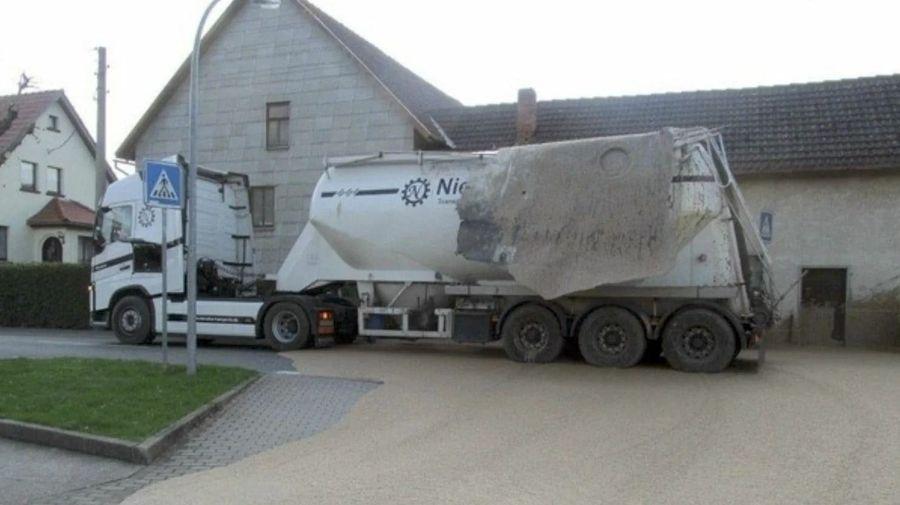 Неудачник дня: грузовик с пищевыми отходами испачкал дома до крыши