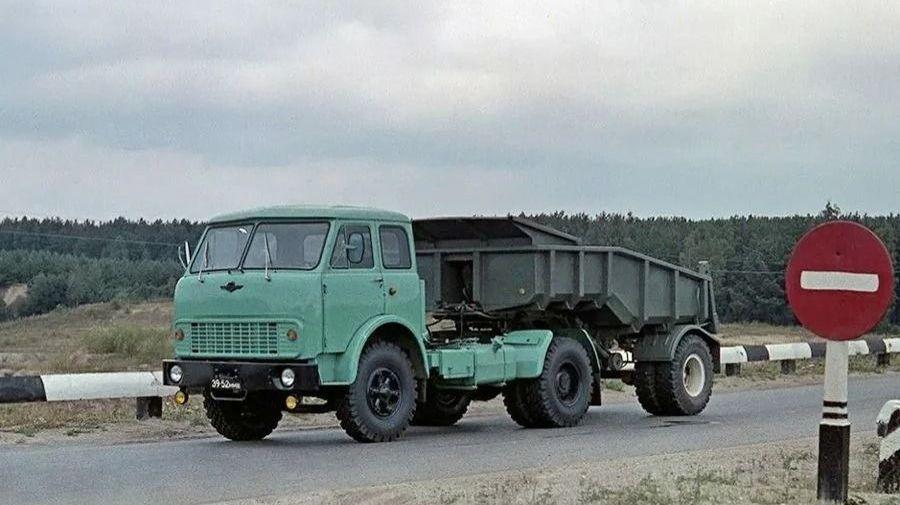 Теплые «ламповые» фотографии времен СССР с советскими автомобилями — 15