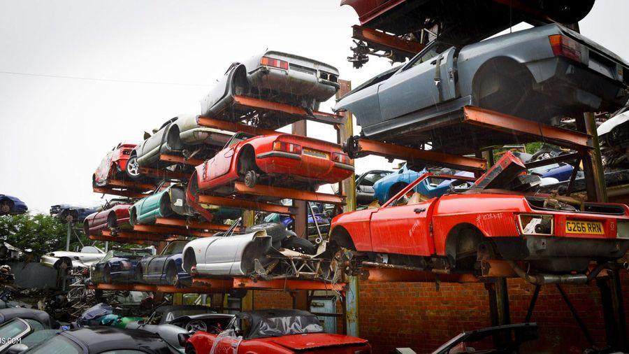 На этой свалке умирают Porsche, Ferrari, Lotus и другие эксклюзивные автомобили
