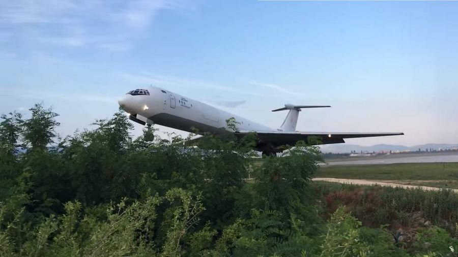 Посмотрите, как Ил-62 едва успевает взлететь и задевает верхушки деревьев
