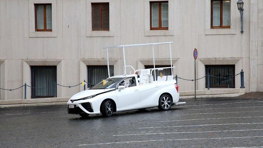 Папа Римский теперь будет ездить на водородном Toyota Mirai