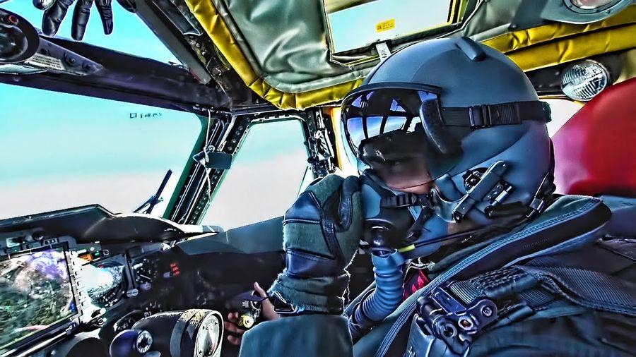 Посмотрите на взлёт бомбардировщика Boeing B-52H Stratofortress из кабины пилотов