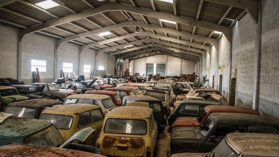 В Португалии нашли склад, скрывающий около 50 классических Mini