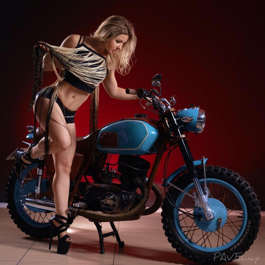 Девушка модель работы двигателя работа в нижнем новгороде девушкам