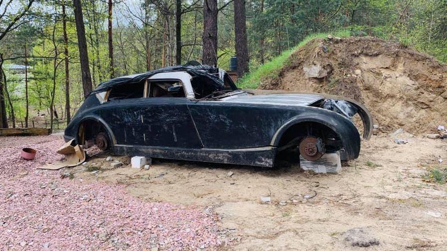 В лесу под Киевом обнаружили останки брошенного ретро-автомобиля Maybach Zeppelin