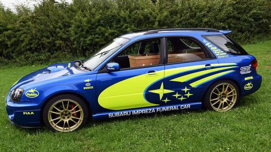 Кто-то построил катафалк из Subaru Imreza и окрасил его в раллийные цвета