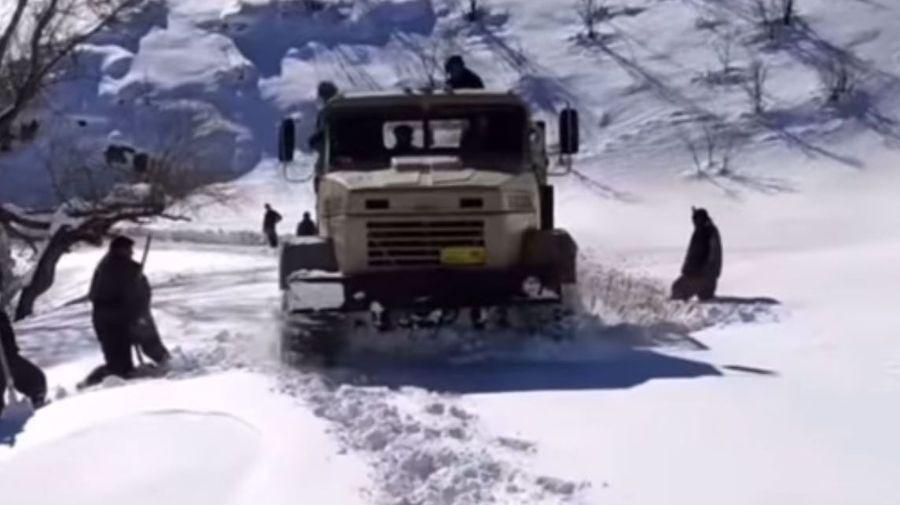 Посмотрите, как грузовик КрАЗ-260 пробирается сквозь сугробы в горах