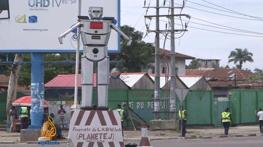 Посмотрите на гигантских роботов, которые регулируют движение в Конго