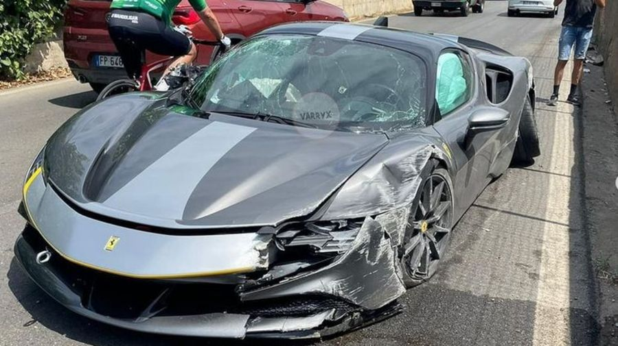 Новый гибридный Ferrari разбили в ДТП: посмотрите, что стало с самым быстрым и дорогим суперкаром бренда