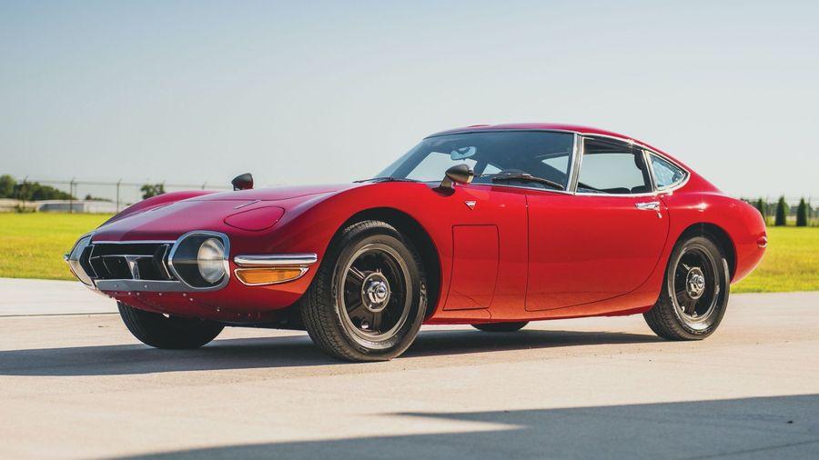 Ярко-красный Toyota 2000GT 1967 года выпуска продали на аукционе за 72,5 миллиона рублей