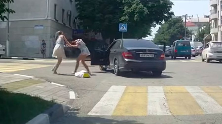 Три девушки устроили драку прямо на перекрестке