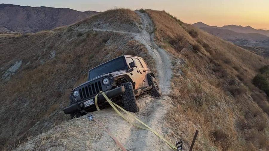 Застрявший Jeep Wrangler бросили на вершине горы