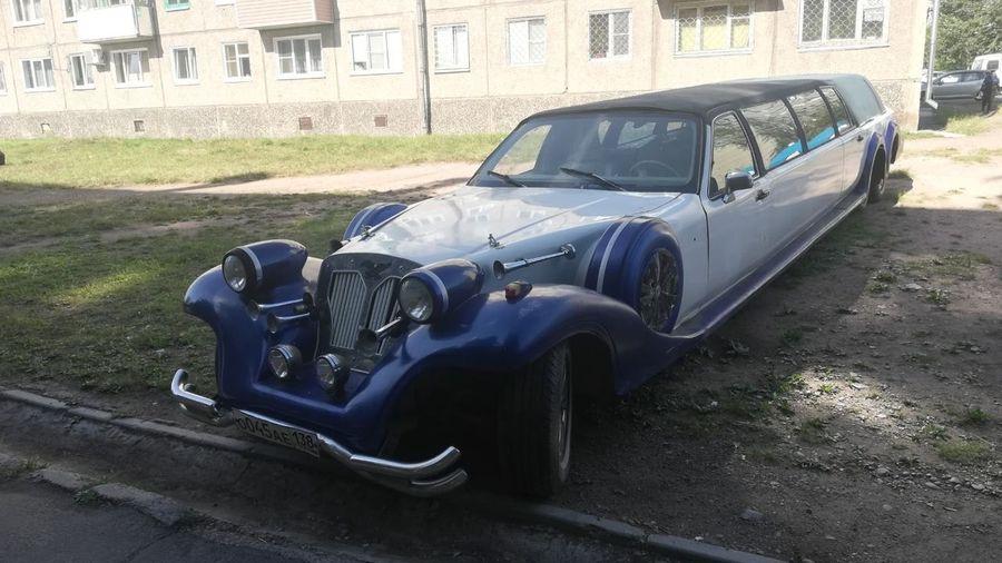 Необычный шестиколесный лимузин стоит брошенным во дворе в Братске