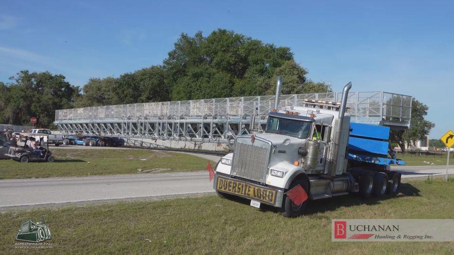 Посмотрите на перевозку 70-метрового груза весом 150 тонн по обычным дорогам