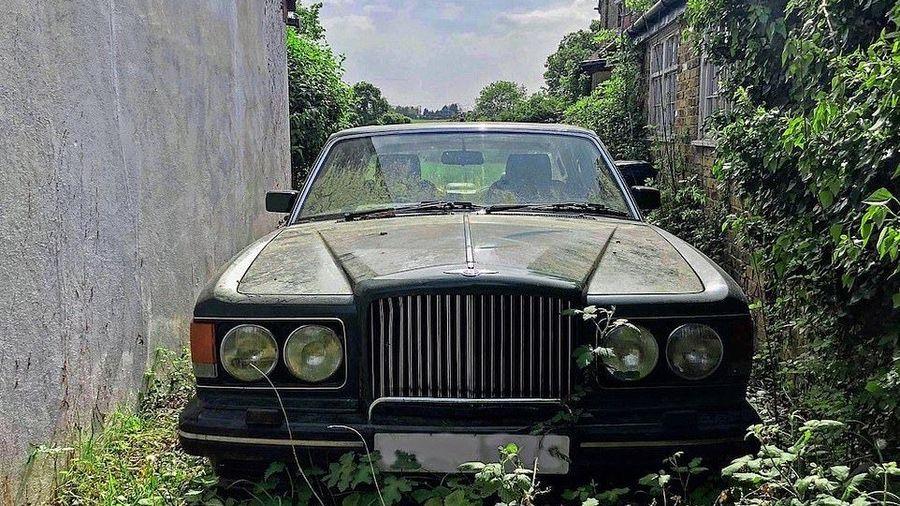 Кто-то бросил огромный особняк со всеми вещами и несколькими автомобилями, включая Bentley