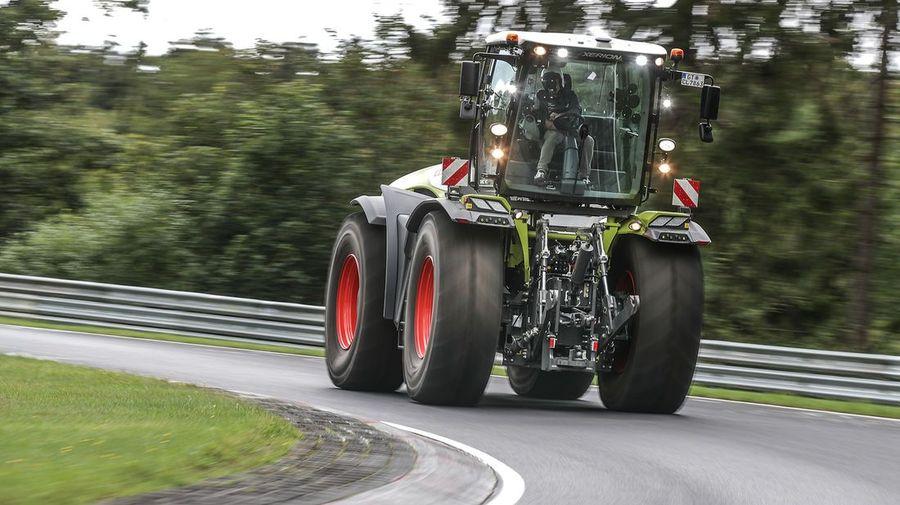Посмотрите, как 17-тонный трактор Claas Xerion 5000 VC устанавливает рекорд круга Нюрбургринга