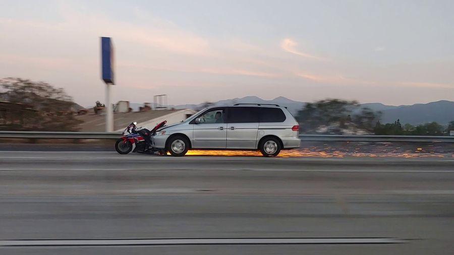 Водитель попробовал сбежать с места аварии вместе с «прилипшим» мотоциклом