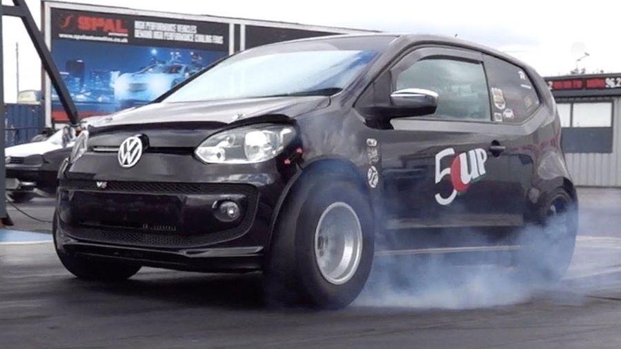 Крошечный Volkswagen Up! превратили в крутой драгстер