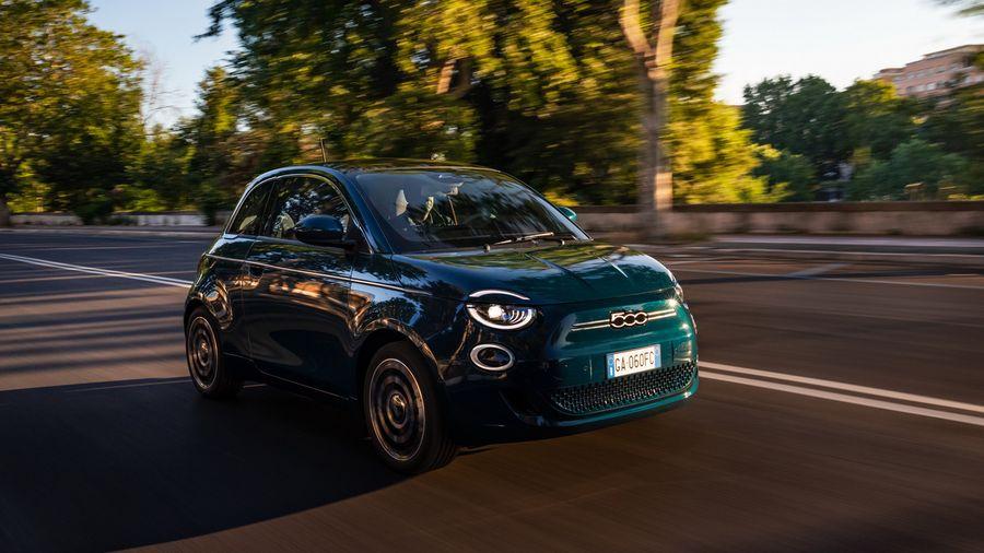 Электрический хэтчбек Fiat 500 EV дебютировал в версии «La Prima»