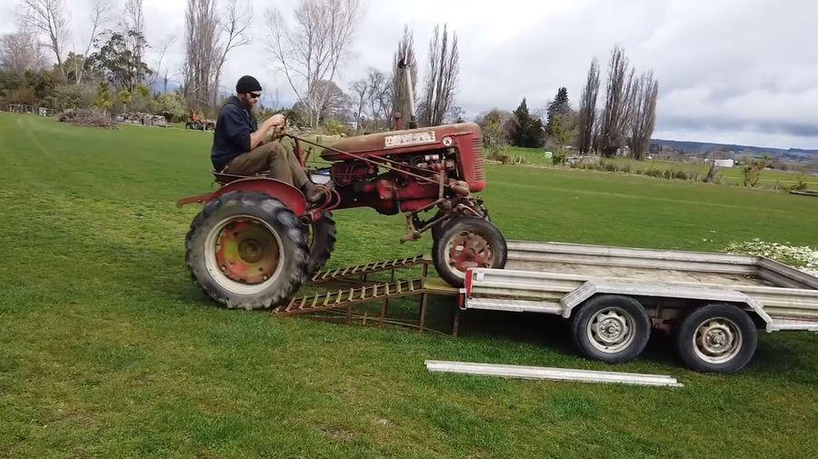 Посмотрите, как трактор McCormick Farmall 1946 года впервые заводят за последние 20 лет