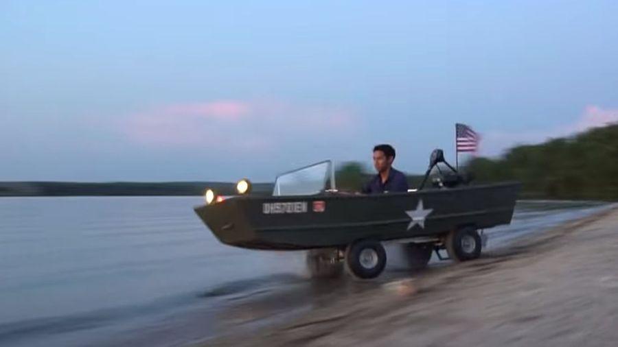 Видеоблогер собрал простейшую амфибию из лодки и старого карта