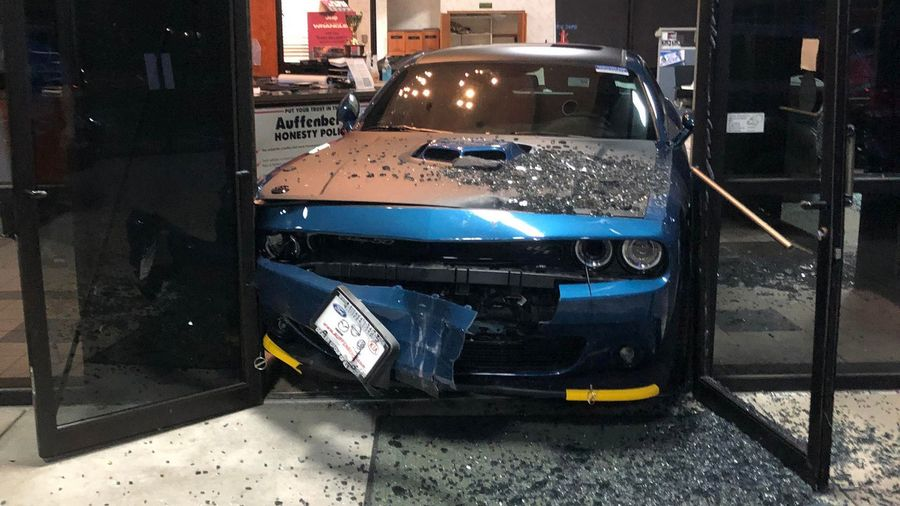 Фейл дня: воры пытались украсть Dodge Challenger из автосалона, но... застряли в дверях