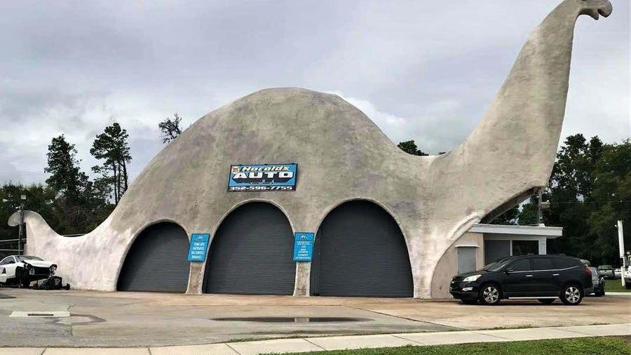 Во Флориде есть автосервис, который работает внутри 56-летнего динозавра