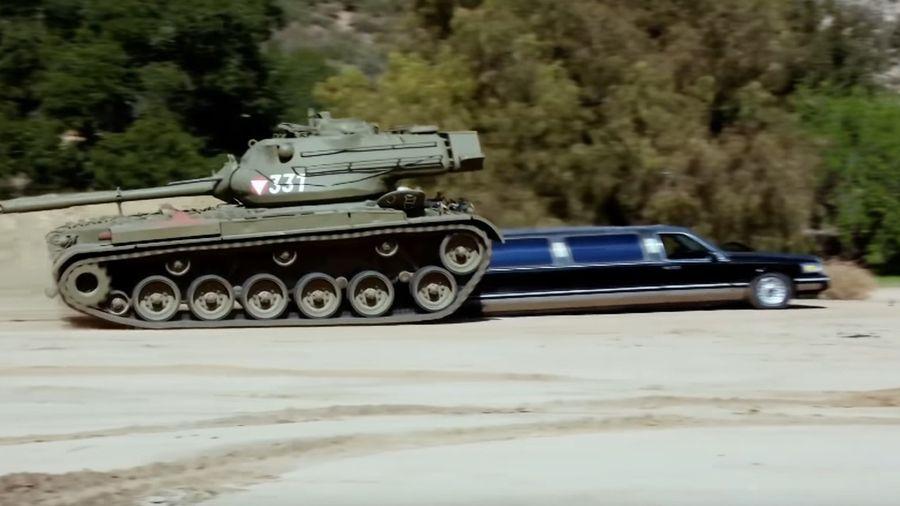 Шварценеггер эффектно раздавил лимузин на своём танке M47 Patton