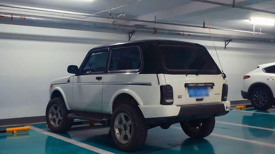 На подземной парковке в Китае сфотографировали необычную Lada 4x4