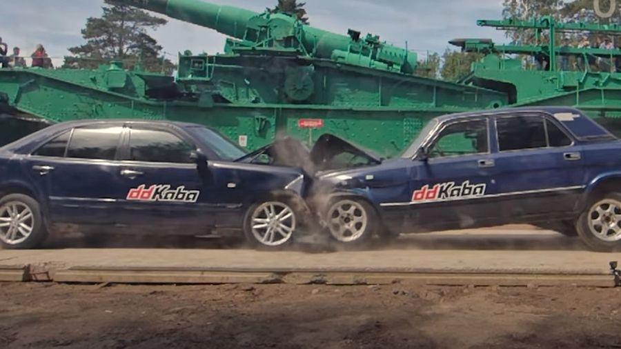 Видеоблогеры столкнули Mercedes-Benz E-класса и ГАЗ-3110 «Волга» в лобовом краш-тесте