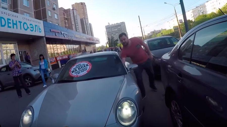 Неадекват на Porsche прокатил СтопХамовцев на капоте и получил перцовым баллончиком в лицо