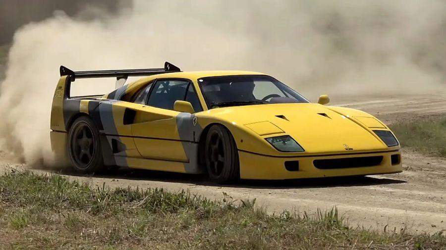 Дикий дрифт ярко-жёлтого Ferrari F40 на грунтовых дорогах и траве
